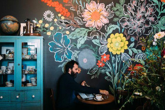 Школьная доска в интерьере кафе. Роспись стен на черном фоне